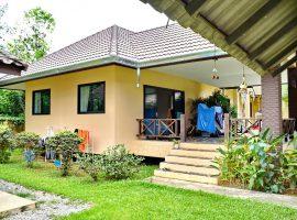 บ้านหลังใหญ่พร้อมสวนให้เช่า ใกล้โรงเรียนนานาชาติ ริมกก เชียงราย : 3 ห้องนอนในเรือนใหญ่ 1 ห้องนอนแขก, 22,000 บาท/เดือน